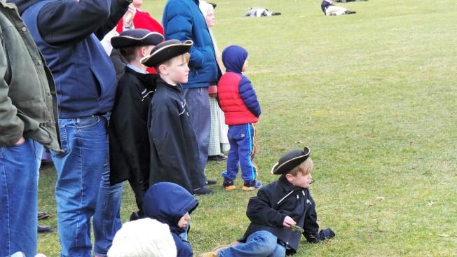許多兒童帶著民兵三角帽觀看 243年前在勒星頓戰事綠地發生的歷史故事。(記者唐嘉麗/攝影)