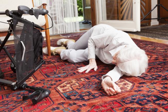 意外和摔跤是獨居者的一大顧慮,不過科技可幫助想在家養老的長者。(Getty Images)