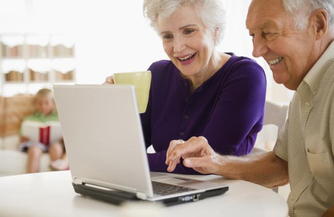 科技不僅提供繼續住在家中所需要的工具,而且更方便與遠方親友維持連繫。(Getty Images)