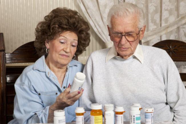 耆老往往需服用多種藥,科技裝置可提醒何時吃藥、吃藥該配水或食物、或是何種副作用可能是藥物引起的。(Getty Images)