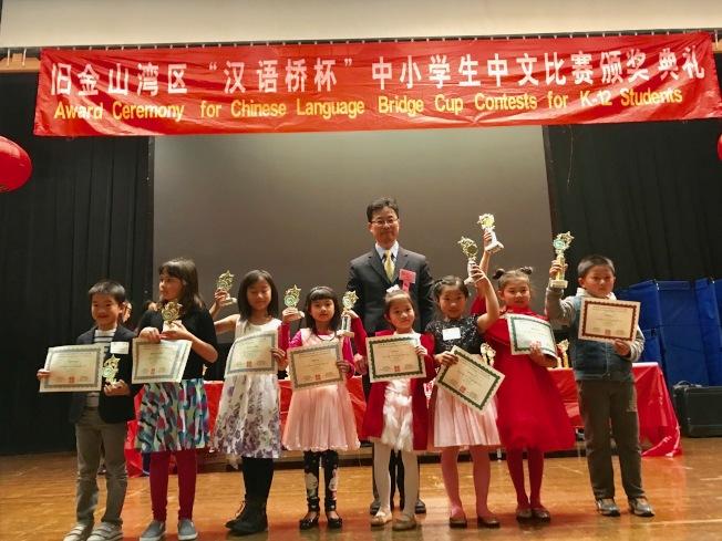 中國駐舊金山總領事館教育參贊楊軍為部分學生頒獎。(記者黃少華╱攝影)