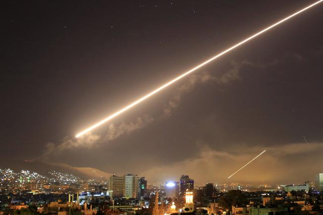 美國、英國、法國聯軍對敘利亞發動夜間飛彈空襲。美聯社