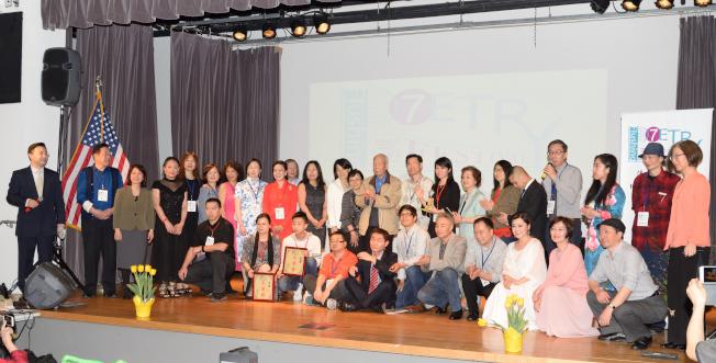 首屆法拉盛詩歌節14日登場,參賽者與組委合影。(記者朱澤人/攝影)