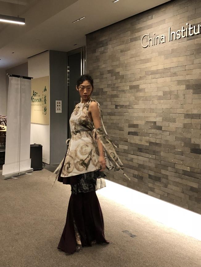 時尚設計大賽青年設計師的服裝展示。(記者金春香/攝影)