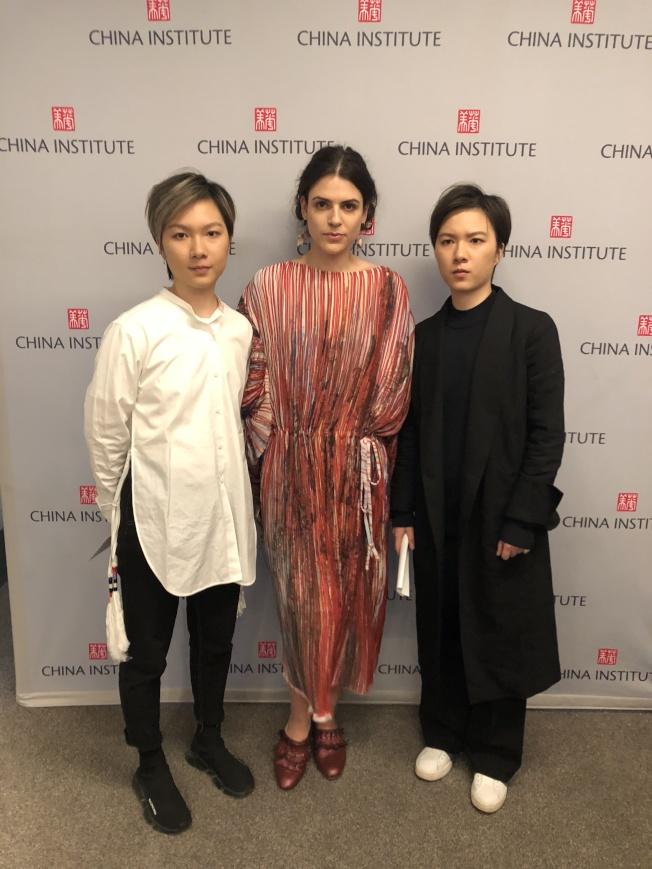 姚彥廷、姚彥辰姐妹展示她們設計的服裝。(記者金春香/攝影)