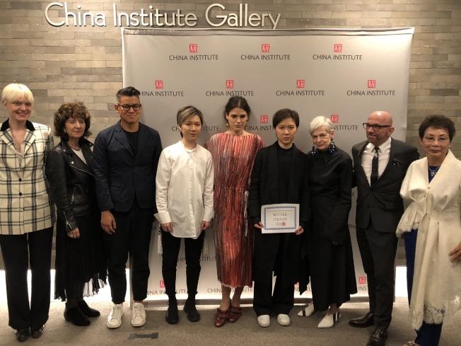 姚彥廷、姚彥辰姐妹獲得時尚設計大賽頭獎。(記者金春香/攝影)