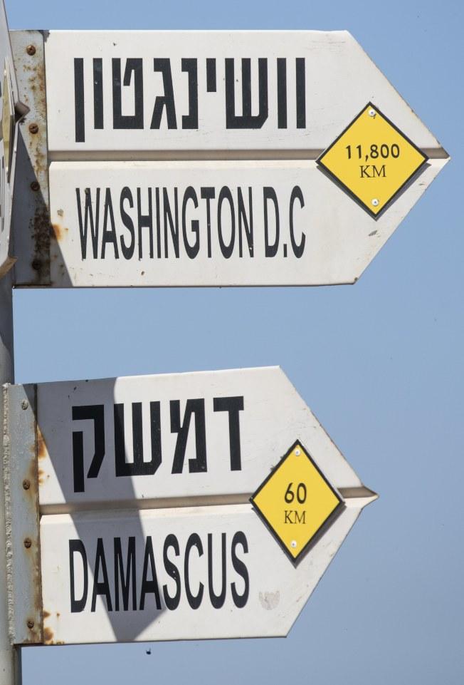 美英法進擊敘利亞,是國際角力的結果。圖為以色列境內的路牌,分別指向華府和大馬士革。(歐新社)