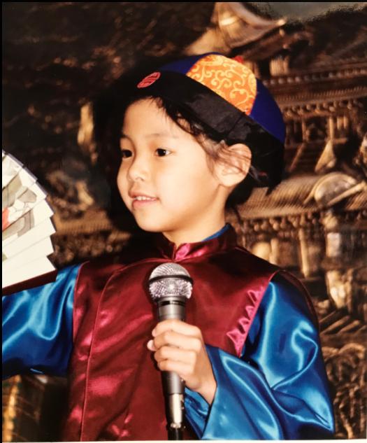 鄭班班從小就展現出優秀表演天賦,六歲開始到十歲這個階段在僑界大大小小活動中表演相聲,培養出對藝術高度熱愛。(圖/周乃溟提供)