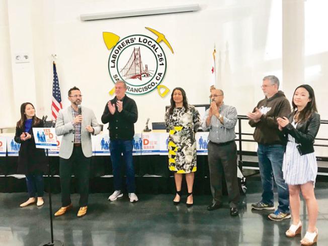 安世輝(左二)與湯凱蒂(左一)、希伊(左三)等多名市議員推出的D提案獲得市議會議長布里德(中)、亞太裔委員會行政主任黃嘉麗(右一)、服務業僱員國際工會87號分會副主席阿博雅(右三)背書支持。(記者黃少華/攝影)