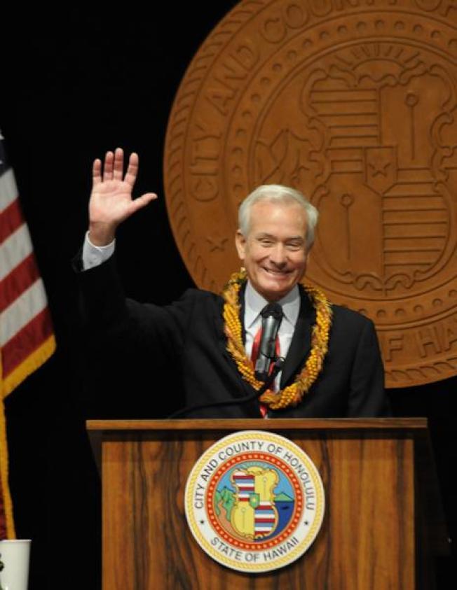 檀香山市長卡德威爾發表市情咨文,談到輕軌預算的問題。(電視新聞截圖)