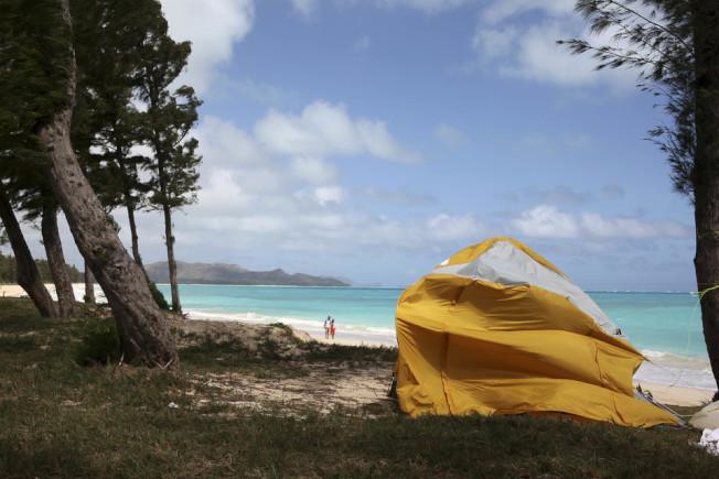 檀香山市長希望讓短租業者合法納管,圖為業者在威馬納洛海灘上設的帳篷。(美聯社)