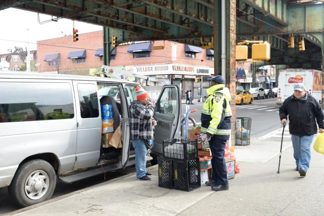 交通局人員警告商家不得在尖峰時段路邊停車。(本報檔案照)