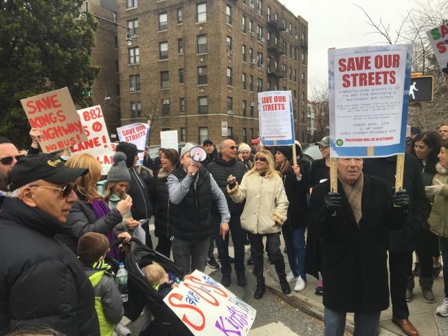數百名民眾聚集在帝王高速路,抗議MTA修建公車專用道。(記者黃伊奕╱攝影)