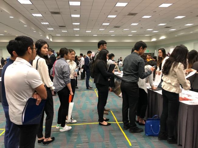 招聘攤位前留學生排長隊領取表格。(記者張宏╱攝影)
