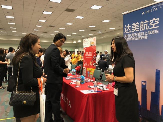 中华高校校友会联盟15日的招聘会上汇集大量留学生。(记者张宏╱摄影)