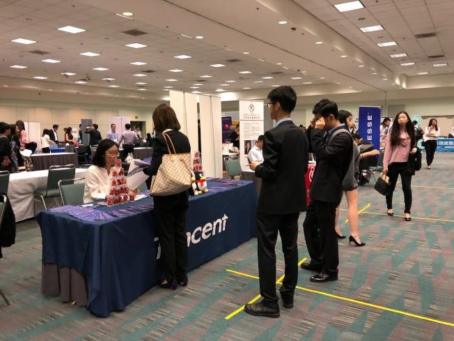 中华高校校友会联盟15日举办招聘会,汇集大量留学生。(记者张宏╱摄影)