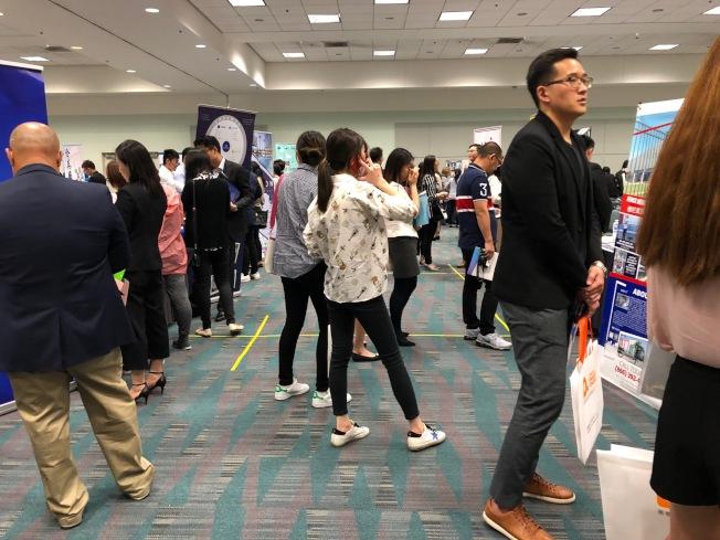 中华高校校友会联盟15日的招聘会上汇集大量留学生。(记者张宏/摄影)