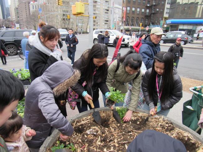 孩子們以親手種花的方式表達要共同愛地球的理念。(記者顏嘉瑩/攝影)