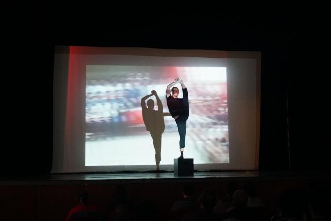 演出內容將舊有的台灣與中國文化、歌曲作結合,以多樣的舞蹈形式呈現出華人眼界中的美國。(記者林群/攝影)