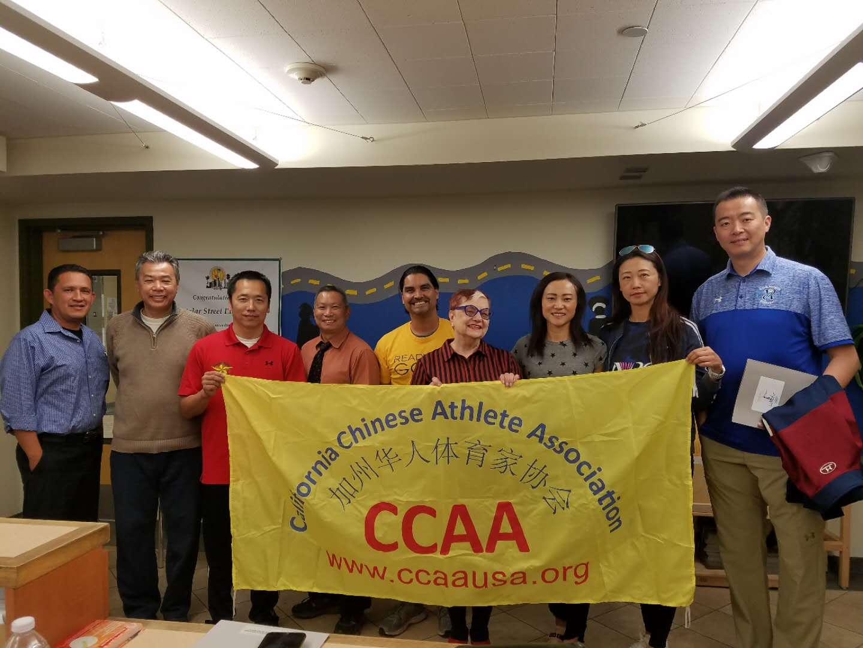 南加華人體育家協會部分奧運選手探訪華埠嘉士德樂小學,計畫在9月初開始在這所學校傳授學生體育知識,推廣奧運精神。(華人體育家協會提供)