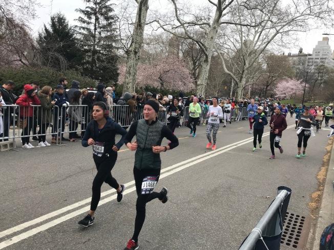 共有6120位女性跑步愛好者在寒風中參加比賽。(記者和釗宇/攝影)