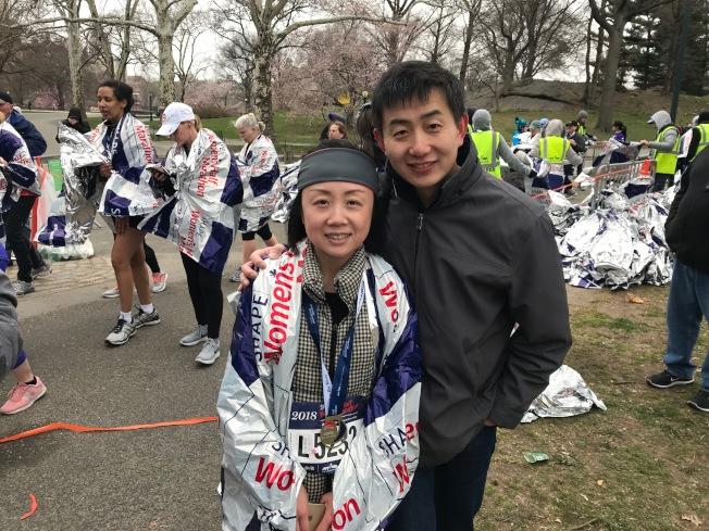 郭霓(左)表示,跑完半馬,也實現了自己的新年願望。(記者和釗宇/攝影)