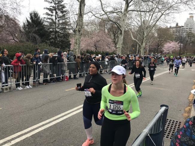 女子半程馬拉松比賽吸引眾多選手參加。(記者和釗宇/攝影)