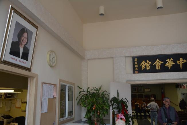 中華會館門前目前懸掛著蔡英文總統相及川普總統肖像,當天理監事聯席會議上有人提出將蔡英文肖相撤下。(記者高梓原/攝影)