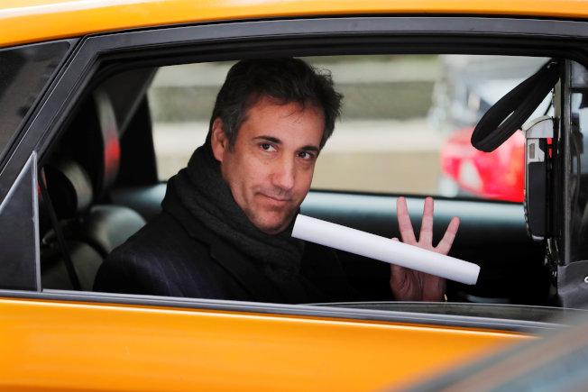 川普總統私人律師柯恩15日在紐約曼哈坦搭計程車,他被勒令在16日出庭。(路透)
