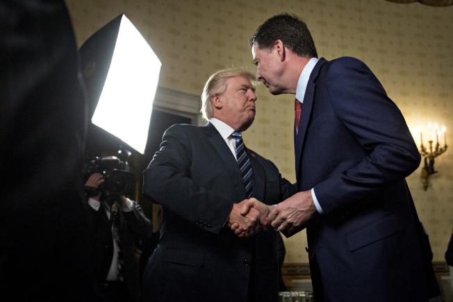 川普總統與柯米兩人,一開始就在互別苗頭。圖為2017年1月22日,川普就任後第三天接見柯米時,兩人肢體互動就極不自然。(美聯社)