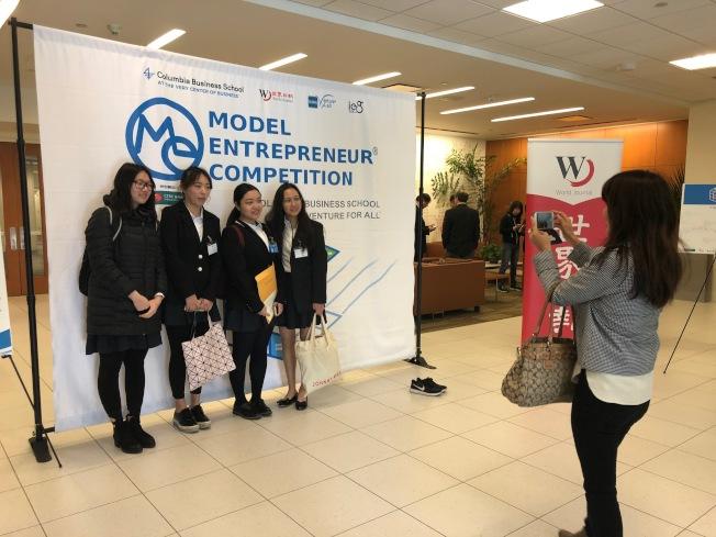參加模擬創業競賽對學生來說都是難得的經驗,許多團隊於現場拍照留念。(記者林亞歆/攝影)