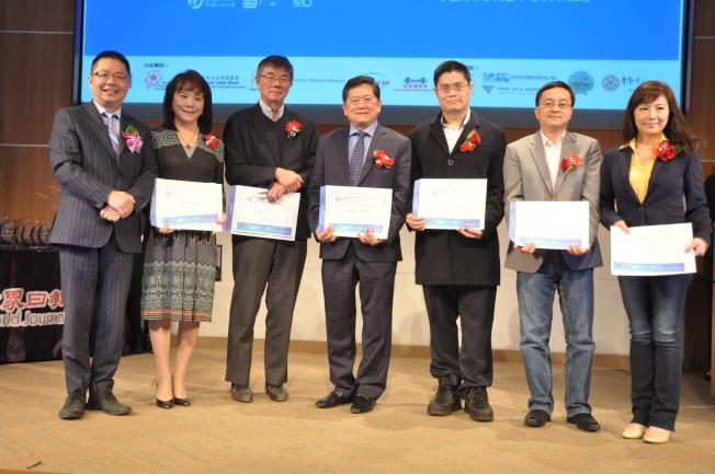世界日報也頒發感謝狀給比賽評審。左起為駱焜祺、Cindy Zheng、龔行憲、陳鈞亞、Cooper Chien、Erik Zhu、Emily Su。(記者林亞歆/攝影)