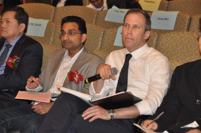 兩位來自哥大商學院的評審代表普瑞(Manoj Pooleery)(左)與安德森(Martin Andersons)(右),在決賽中評選出最後六組團隊。(記者林亞歆/攝影)