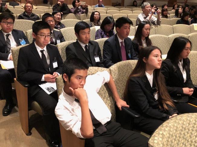 學生參賽之餘,也在觀看其他團隊發表的過程中汲取更多創業經驗。(記者林亞歆/攝影)