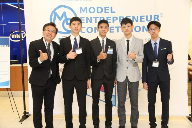 來自台灣台北市私立復興實驗高級中學的團隊,特別來美參加模擬創業競賽。(記者李榮/攝影)