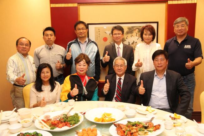 童玩節創辦人洪順五(前排右二)宣布退休,處長、僑界都感不捨,強烈慰留。(記者李榮╱攝影)
