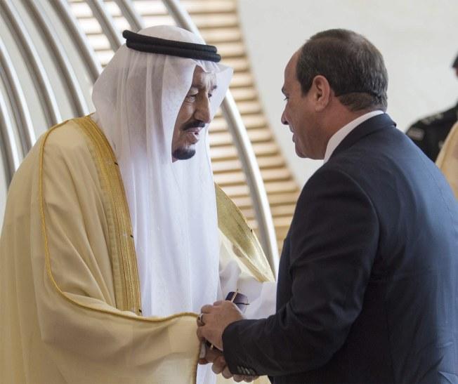 阿拉伯聯盟國家15日在沙烏地阿拉伯舉行峰會,要求對敘利亞政府軍使用化學毒氣殘害平民婦孺慘事,展開調查,並譴責伊朗。圖為中東兩大國沙烏地阿拉伯國王(左)接待埃及總統塞西。(歐新社)