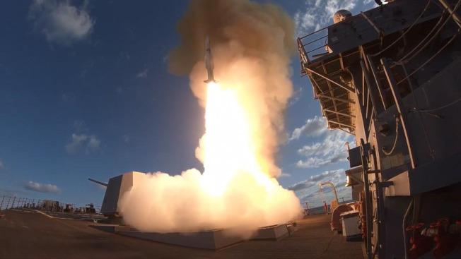 美飛彈驅逐艦「邱吉爾號」14日在地中海擔任誘敵任務。(Getty Images)