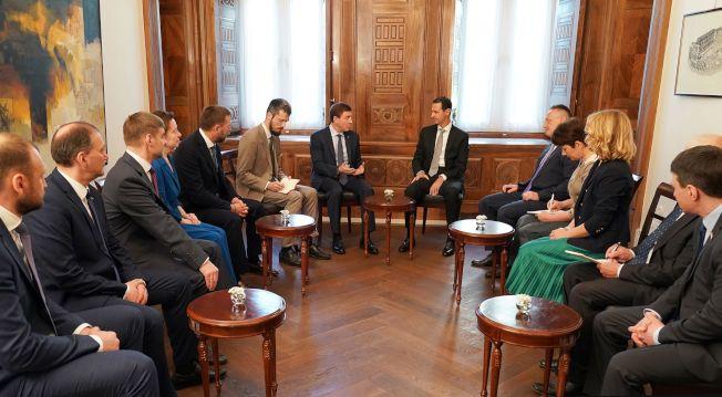 俄羅斯執政黨代表團15日立即抵達敘利亞大馬士革訪問,力挺敘國總統阿塞德(中右)。(Getty Images)