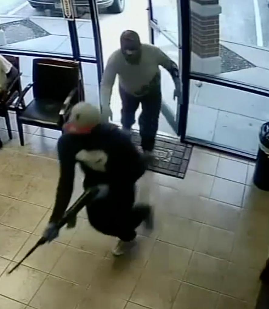 兩名搶匪持長槍進入診所搶劫。(Stafford警局提供)