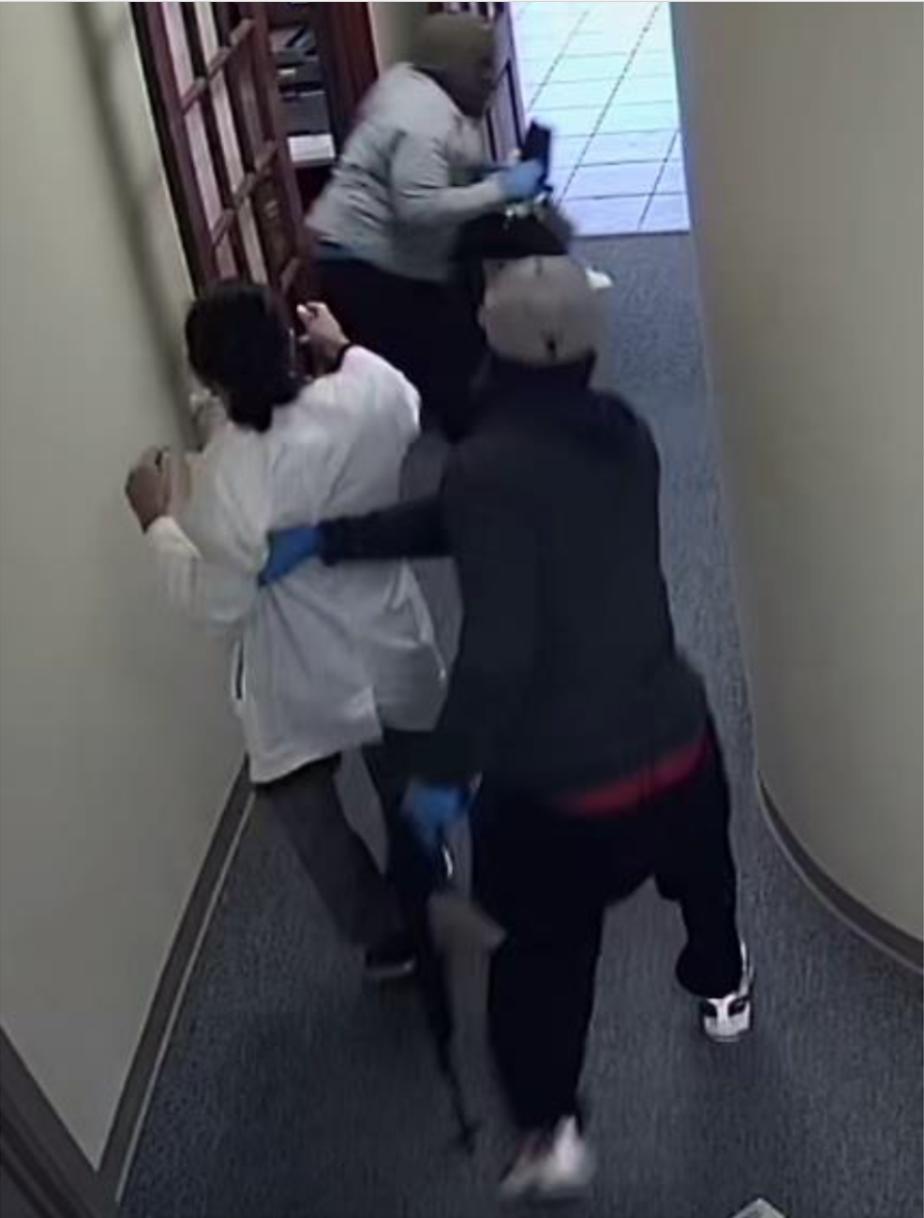 搶匪持槍強逼診所僱員交出財物。(Stafford警局提供)