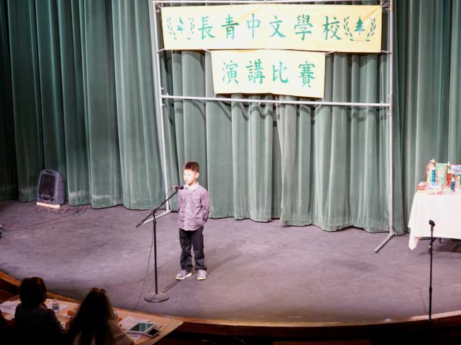 長青中文學校演講比賽參賽者在舞台上講故事。(記者陳開/攝影)