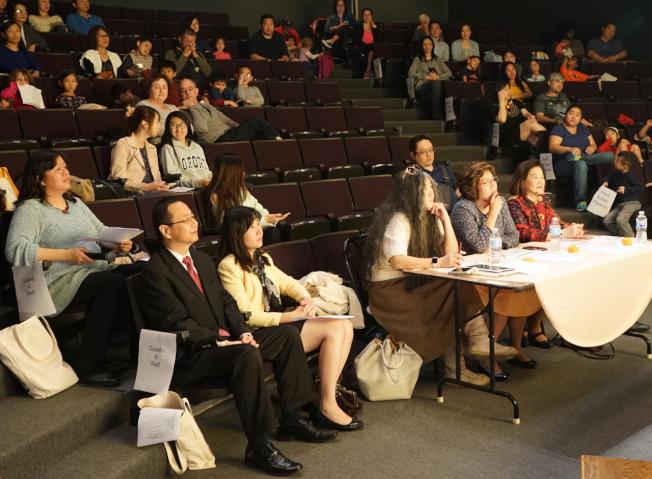 長青中文學校校長王曉明(一排左一)、僑教中心主任莊雅淑(一排左二)與學生及家長一起聆聽演講。(記者陳開/攝影)