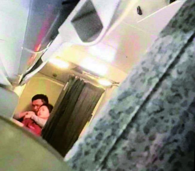 徐姓嫌犯持鋼筆脅持空服員,所幸沒有造成傷亡。(取材自微博)