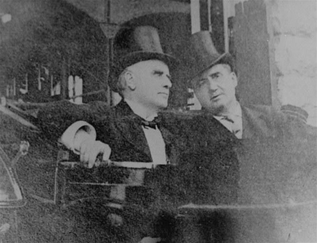 麥金利總統(左)1906年從尼加拉瀑布回到水牛城,遇刺前的最後身影。(美聯社)