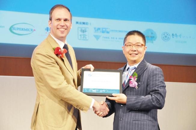 哥倫比亞大學商學院代表(左)頒發感謝狀給世界日報,表彰世報推廣高中生模擬創業競賽。(記者林亞歆/攝影)