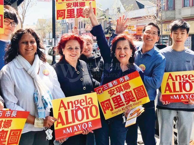 阿里奧圖(前排左二)走訪華人聚居的肖化區,反大麻領袖杜麗莎(中)支持阿里奧圖參選市長。(記者李秀蘭/攝影)