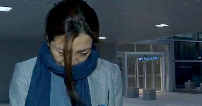 趙顯玟12日在鏡頭面前道歉。路透