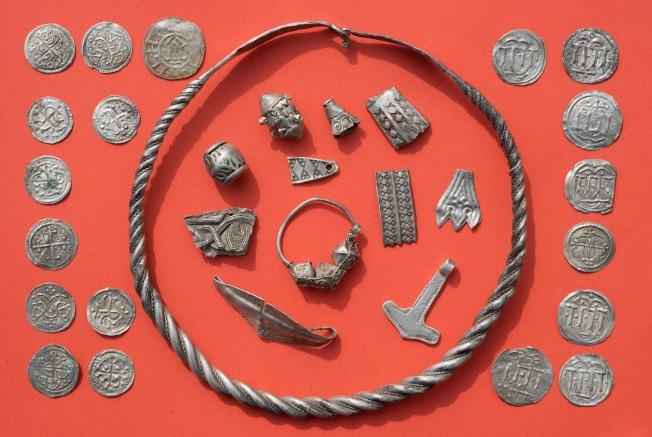 圖為這項考古挖掘發現了編製的項鏈、珍珠、胸針和戒指,還有槌子及多達600枚破損的硬幣,其中超過100枚可追溯到藍牙哈拉德的年代。Getty Images