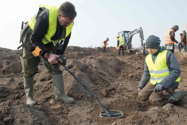 業餘考古學家熊恩(左)與學生馬拉施耐特申科(右)1月用金屬探測器,在德北魯根島(Ruegen island)尋找寶藏,偶然發現一塊金屬,起初以為是沒有價值的鋁片。Getty Images